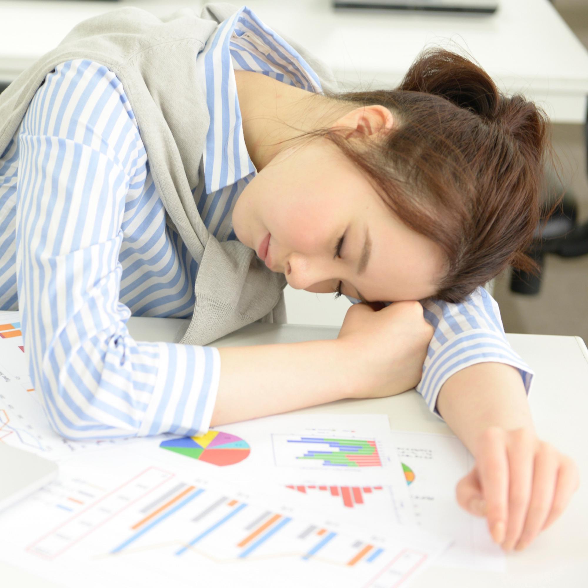 疲れて眠る女性