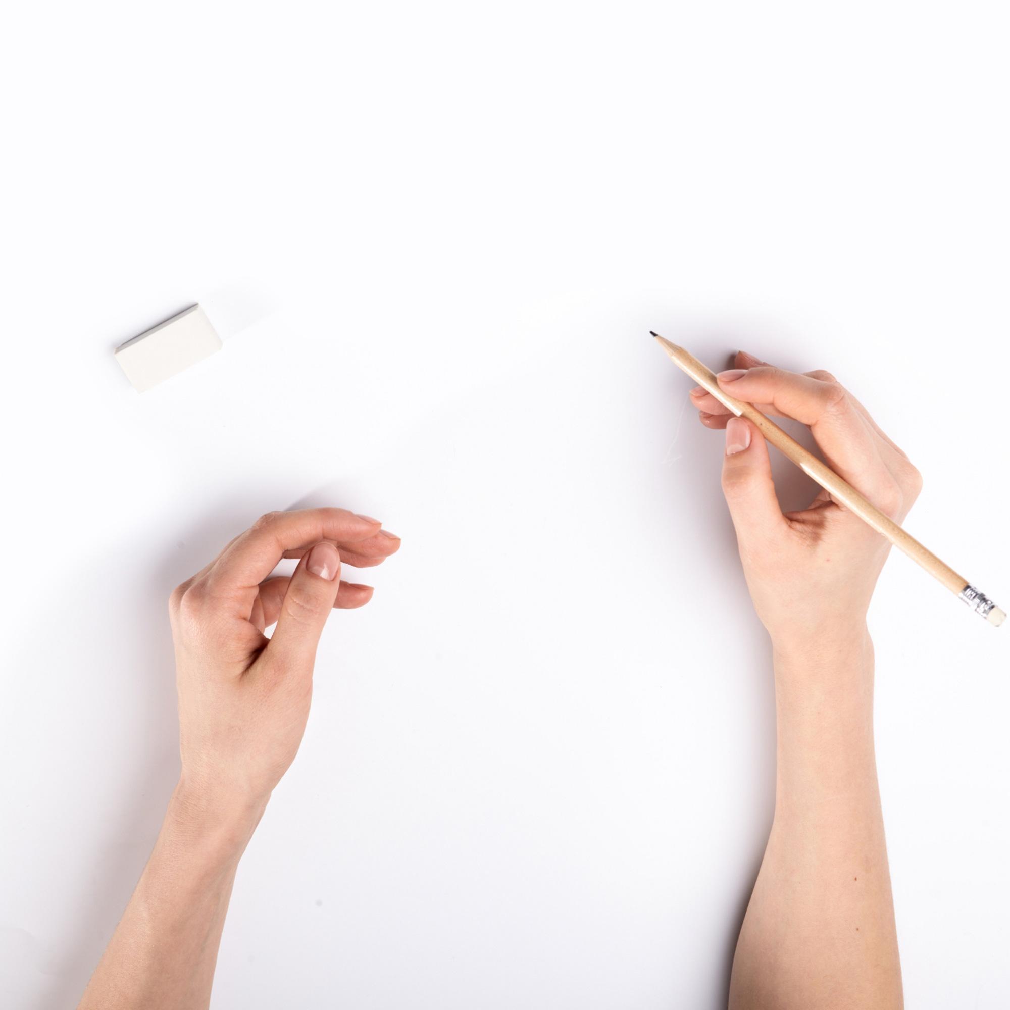 紙に文字を書こうとしている場面